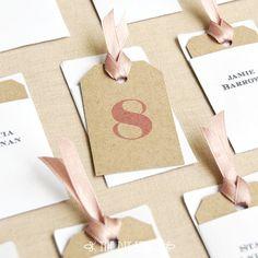 封筒にピンクリボン付きのカードで♪ <ピンク・キュートな結婚式エスコートカード・席札まとめ一覧>