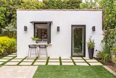 Jean Black is Brad Pitt's friend and makeup artist of almost 30 years. With the help of the Property Brothers, Brad gave Jean the surprise of a lifetime when he completely transformed a dingy storage space into a stunning multipurpose guest house. Estilo California, California Bungalow, Backyard Guest Houses, Indoor Outdoor Living, Outdoor Decor, Backyard Storage, Hidden Rooms, Built In Bookcase, Spanish Style