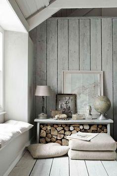 Vergrijsde houten planken als wandbekleding (maar dan op het plafond)