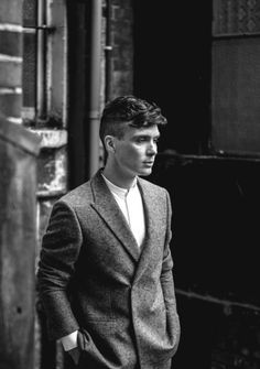 Must always pin black and white shots of Cillian Murphy---especially when he has the Tommy Shelby haircut ; John Shelby Peaky Blinders, Peaky Blinders Thomas, Cillian Murphy Peaky Blinders, Black And White Portraits, Black And White Photography, Tommy Shelby Hair, V Drama, Peaky Blinder Haircut, Black Haircut Styles