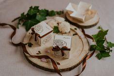Szatén szalagos masnival díszített, letisztult, elegáns rózsa mintás esküvői meghívó. A tetőt levéve szétnyílik a dobozka és belül olvasható a meghívó szövege. #dobozosmeghívó #esküvőimeghívó #meghívó #kreatívcsiga #weddinginvitation #wedding #invitation #weddingroses #rosesinvitation #brownweddingdecor #rózsásesküvőimeghívó Place Cards, Place Card Holders