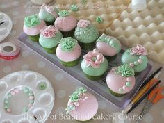Bridal Shower Cupcakes for tea party Cupcakes Flores, Pastel Cupcakes, Fancy Cupcakes, Pretty Cupcakes, Beautiful Cupcakes, Gorgeous Cakes, Yummy Cupcakes, Bridal Shower Desserts, Bridal Shower Cupcakes