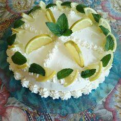 La ricetta Torta delizia al limone, una torta al limone fatta in casa dall'aspetto elegante e raffinato. Ricetta facile per...