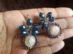 Aretes de perlas barrocas con cristales en azul metalico y tornasol #alambrismo