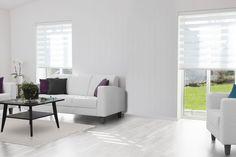 Tyylikkäät rullaverhot antavat ilmettä vaalealle ja valoisalle olohuoneelle. Klikkaa kuvaa, niin näet tarkemmat tiedot!