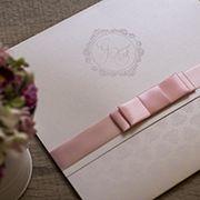 Elegância, delicadeza e um toque de rosé para compor o nosso convite promocional de 2018. - Conviteria Santa Cruz