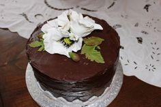 Torta cioccolato con cioccolato e papaveri in pasta di zucchero