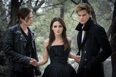 """Este año, se llevará a la gran pantalla la saga Oscuros escrita por Lauren Kate. La película se llamara """"Fallen"""" y los protagonistas del triángulo amoroso serán Jeremy Irvine (Daniel), Addison Timl..."""