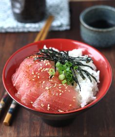 Los tazones de sushi, conocidosen Japón como chirashi-zushi(chirashi significa disperso),consisten en tazones quecontienen arroz de sushi eingredientes como vegetales ypescado en la superficie.