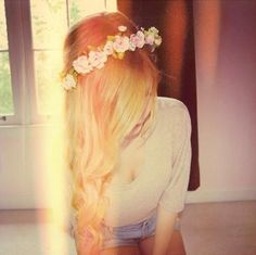 Gorgeous long blonde wavy hair with flower headband #hair #hairstyle #blonde #flowers #fashion