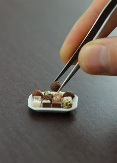 8 impossibly tiny, handmade clay sculptures of delicious looking by Shay Aaron - GoNo Miniature Crafts, Miniature Food, Polymer Clay Miniatures, Dollhouse Miniatures, Cute Food, Yummy Food, Tiny Food, Mini Things, Small Things