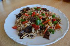 Čínske opekané rezance Jedno z najobľúbenejších jedál v čínskych reštauráciach. Vyskúšajte tento jednoduchý recept a urobte čosi aj pre svoje zdravie. Japchae, Spaghetti, Ethnic Recipes, Food, Essen, Meals, Yemek, Noodle, Eten