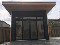 The Urban Studio Backyard Studio Plan is a modern choice for those looking to build a backyard work space with style. Backyard Pavilion, Backyard Studio, Garden Studio, Home Studio, Richmond Hill Ontario, Roof Ceiling, Backyard Plan, Transom Windows, Sliding Patio Doors
