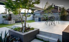 タイルテラスのモダンガーデン Stone Garden Paths, Garden Stones, Patio, Outdoor Living, Outdoor Decor, Deck Design, Back Gardens, Garden Planning, Rooftop