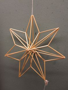 Straw Sculpture, Cardboard Sculpture, Office Christmas Decorations, Christmas Crafts, Christmas Ornaments, Christmas Star, Diy Straw, Parol, Star Diy