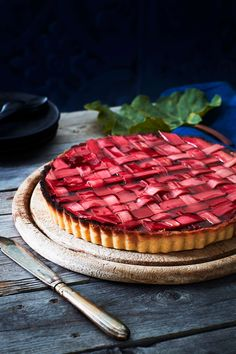 Gör en underbart god rabarberpaj med vackert rutmönster och fyllning av mandelmassa | lantliv