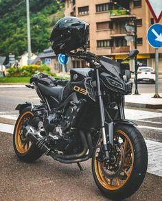 Black Yamaha Moto biker ragazza e cane Motos Yamaha, Yamaha Motorcycles, Cars And Motorcycles, Moto Bike, Motorcycle Bike, Super Bikes, Mt 09 Yamaha, Motos Retro, Harley Davidson Scrambler