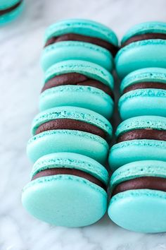 Chocolate Caramel Macarons Desserts Français, Delicious Desserts, Dessert Recipes, Blue Macaroons, Chocolate Macaroons, French Macaroons, Blue Chocolate, Homemade Chocolate, Chocolate Caramels