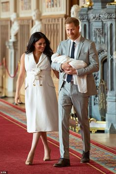 Prince Harry and Meghan Markle - the Duke and Duchess of Sussex - gave the world the first glimpse of their royal baby today Meghan Markle Stil, Meghan Markle Pics, Estilo Meghan Markle, Prince Harry Et Meghan, Meghan Markle Prince Harry, Harry And Meghan, Prinz Charles, Prinz William, Duke And Duchess
