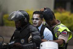 Detenido muestra su cara el guardia la cubre será q tiene algo d vergüenza? pic.twitter.com/0hbvlcFs2y