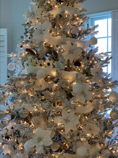 elegant christmas tree Tips and Ideas for Decorating a Flocked Christmas Tree 2018 - Flocked Christmas Trees Decorated, Rose Gold Christmas Decorations, Elegant Christmas Trees, Luxury Christmas Tree, Silver Christmas Tree, Ribbon On Christmas Tree, Christmas Tree With Gifts, Christmas Tree Design, Christmas Tree Themes