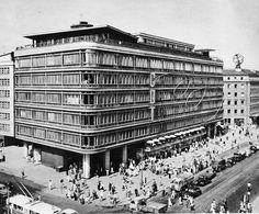 Centralny Dom Towarowy to centrum handlowe , które zostało zbudowane w mieście Warszawa w dzielnicy Śródmieście w otoczeniu ulic Brackiej, Kruczej, alejach Jerozolimskich. Funkcjonuje równiez pod nazwami Smyk oraz CEDET. Konstrukcja sklepu rozpoczęła się w 1949 i trwała 3 lata, obecnie jest w trakcie przebudowy.  Jego projektantami są architekci z pracowni RKW Rhode Kellermann Wawrowsky Polska, a jest projektem Immobel Poland.