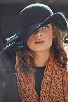 Hats and gloves are necessary for a stylish fall ensemble. Love this look! Looks Chic, Looks Style, Style Me, Fashion Models, Fashion Women, Fashion Beauty, Fashion Top, Fashion 2018, Fashion Rings