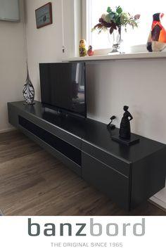 Strak, zwevend TV meubel in de kleur antraciet. Dit Banz Bord wandmeubels kan uitgerust worden met een hifi Hepta speakerset. Banz Bord: tijdloze wandmeubels voor de moderne, design woonkamer. Banz Bord wandmeubels   woonkamer meubelen   wandmeubel zwevend grijs   design wandmeubel tv   interieur inspiratie Flat Screen, Van, Desk, Flat Screen Display, Vans, Flatscreen, Dish Display