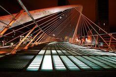 puente sobre la ría, llamado Zubizuri