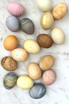 You Need To Know to Make Beautiful Natural Dyed Easter Eggs Give your Easter egg decorating a natural twist and learn how to make naturally dyed Easter eggs. A fun and creative way to decorate your hard boiled eggs this Easter. Over 24 DIY dye ideas and Cool Easter Eggs, Easter Egg Dye, Coloring Easter Eggs, Easter Food, Easter Egg Designs, Easter Activities, Easter Celebration, Easter Brunch, Easter Dinner