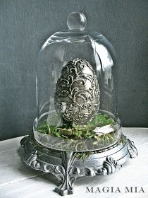DIY:  This has to be the most brilliant craft yet!  It's a plastic Easter egg, refaced with glue and silver leaf! Magia Mia