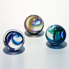 Art glass paperweights are intricate miniatures of the beauty found in blown glass sculpture. Extremely collectable, glass paperweights make excellent gifts. Stained Glass Tattoo, Marble Ball, Diy Art Projects, Glass Marbles, Glass Paperweights, Glass Ball, Art And Architecture, Flower Art, Art Flowers