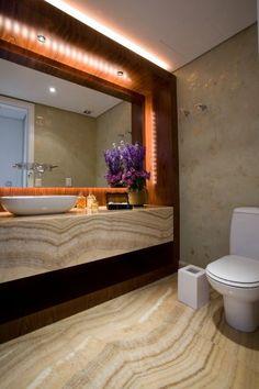 Lavabo de 3,57 m² com piso ônix arco-íris, o mesmo revestimento usado na bancada pelo arquiteto Leonardo Junqueira. Louças e metais são da Deca