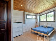 dormitorio de la casa de madera Kuusamo Log Houses en Piera (Barcelona) obra de House Habitat