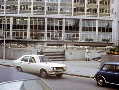 All we know about these fascinating photos of London in 1972 is that they were more than likely taken by an American tourist. London History, London Photos, Old London, Queen Victoria, Rome, 1970s, Classic Cars, Nostalgia, Street