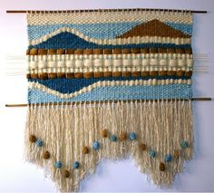Risultati immagini per cojines a telar ideas diseños Weaving Textiles, Weaving Art, Loom Weaving, Tapestry Weaving, Wool Wall Hanging, Yarn Wall Art, Weaving Wall Hanging, Weaving Designs, Weaving Projects