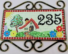 placa-de-numero-com-moldura-de-ferro-produtocriativo Mosaic Crafts, Mosaic Projects, Projects To Try, Stone Mosaic, Mosaic Tiles, Stepping Stones Kids, Mosaic Patterns, House Numbers, Home Signs