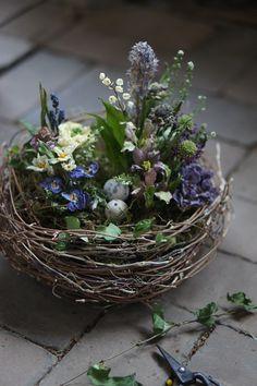 Easter Flower Arrangements, Easter Flowers, Floral Arrangements, Bulb Flowers, Dried Flowers, Diy Osterschmuck, Easter Table Decorations, Arte Floral, Easter Wreaths