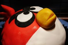 Angry Birds cake.Find recipe of the Birthday Cake at www.sweetfoodomine.com