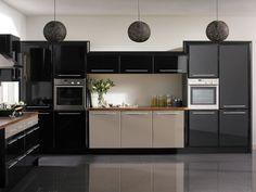 inspiration cuisine en noir laqué et beige clair, suspensions boules et carrelage en grès cérame gris anthracite
