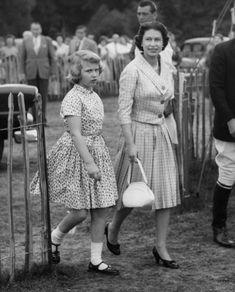 La reine Elizabeth II avec la princesse Anne à Windsor (juin 1960)