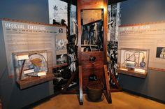 """Museo del Crimen (Washington D. C., Estados Unidos). Invita al público a involucrarse (no en el crimen) sino en el sinfín de actividades que ofrece. Se empieza por un repaso por lahistoria del crimen en Estados Unidos, «desde los caballeros medievales y los piratas motivados por la avaricia, hasta los pistoleros del viejo oeste y los actuales """"criminales silenciosos"""" que comenten delitos de cuello blanco Toda una galería del museo está dedicada a los diferentes métodos de castigo"""