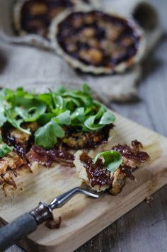 CRUNCHY TARTLET WITH BLUE CHEESE AND RED ONIONS.
