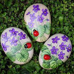 #violet #flowers #ladybugs #painter #paintingstones #pebbleart #handmade #fineart #unique #instagood #instadaily #instalike #animalart #artwork #illustration #drawing #creativity #hobbys #animals #painting #fattoamano #stoneart #rockpainting #tasboyama #pedraspintadas #realart #nature #sassidipinti #stonepainting
