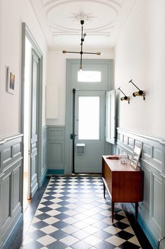 Front door ideas entrance entryway stairs New Ideas Hall Furniture, Cabinet Furniture, Vintage Furniture, Hallway Paint, Tiled Hallway, Entryway Stairs, Flur Design, Front Door Entrance, Hallway Designs