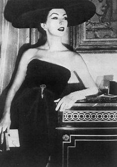 Dovima, photo by Henry Clarke, 1956