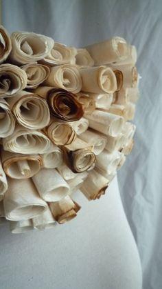 Les philtres d'amour de Patricia Lemaire sont de larges collerettes réalisées en… filtres à café. On les voit aussi portés dans la série de photos d'Elene Usdin