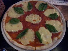모짜렐라 덩어리들이 가득 들어간 피자^^