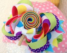 Candy land rainbow lollipop Over the top hair bow - DIY Crafts Ribbon Hair Bows, Diy Hair Bows, Diy Bow, Bow Hair Clips, Rainbow Lollipops, Hair Bow Tutorial, Flower Tutorial, Diy Headband, Bow Headbands