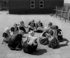Spelende kinderen in klederdracht, Bunschoten en Spakenburg (1950-1960)  Oorthuys, Cas #Utrecht #Spakenburg
